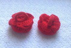 Estos lazos del pelo de ganchillo rojos pueden ser el mejor regalo de la muchacha del niño. Las flores hechas de lana y pintura acrílica (su diámetro es 2,4 pulgadas) fuertemente se cosen a elástico. Los pequeños cristales rojos brillan en medio de cada flor. El precio se especifica para la pareja de lazos. Puedo hacer un paquete hermoso para ellos (papel o caja) si desea. ¿Puede mirar otro pelo accesorios aquí https://www.etsy.com/shop/Vyazantia?…