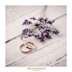 Schlicht und zeitlos und trotzdem besonders...   ...Sie können sich ähneln, aber jeder Handgriff, jeder Feilenschliff, jede Flamme und vieles mehr, kann man nicht wiederholen. Es bleibt ein Leben lang einzigartig, so wie Ihre Liebe! 💕   #traurig #trauringe #liebe #liebeszitate #love #lustig #luxus #hannover #hannover #braunschweig #wedding #hochzeit #ringe #verlobung #verlobungsring