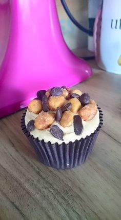 Gluten free and vegan snickers cupcake. Chocolate sponge, a salted caramel frosting and oodles of toasted maple nuts and choc chips. A fan favourite. What cupcake flavour is your favourite? Let us know at www.facebook.com/cakebyshannon