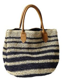 Crochet Bags Designs Striped Straw Tote-- I especially like the straps, they make the bag look much more polished than if it had crocheted straps. Crochet Shell Stitch, Crochet Tote, Crochet Handbags, Crochet Purses, Bead Crochet, Straw Tote, Purse Patterns, Beach Tote Bags, Crochet Accessories