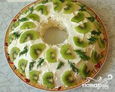 Layered salad with chicken, potatoes, cheese and kiwi Kiwi, My Favorite Food, Favorite Recipes, Chicken Potatoes, Recipe For 4, Chicken Salad, Camembert Cheese, Food And Drink, Healthy Recipes