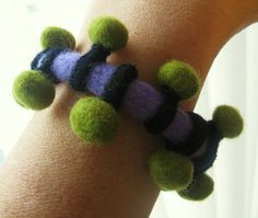 The beads have been attached to a loop that moves along the ength of the bracelet. Felt Bracelet, Felt Necklace, Beaded Bracelets, Textile Jewelry, Fabric Jewelry, Felted Jewelry, Wet Felting, Needle Felting, Textiles