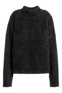 Sweter z domieszką moheru: Sweter w prążki z mieszanki zawierającej moher. Luźny fason, kołnierz półgolf i obniżone ramiona. Rękawy i dół ze ściągaczem.