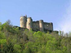 La forteresse de Najac occupe depuis 900 ans le sommet d'un éperon rocheux particulièrement abrupt dominant une boucle de l'Aveyron. Sa silhouette caractéristique se repère à des lieues à la ronde, témoin immuable de l'intérêt des hommes pour cet endroit stratégique au charme envoutant