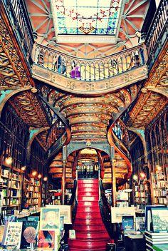 Não é por acaso que Livraria Lello & Irmão, no #PORTO (Portugal), é considerada uma das mais bonitas do mundo.