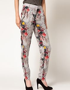 These trousers by Kookai have been crafted from a lightweight woven fabric. The details include: a mid-rise with a wide waistband, a concealed tab closure, belt loops, zip side pockets, a floral print design and jet back pockets. The trousers have been cut with a regular fit.