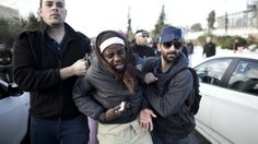 17. Dezember, #Israelische Beamten nehmen einen afrikanischen #Migranten an der Knesset fest. (Foto: dpa)
