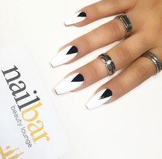 Long and coffin nails - black and white nails White Coffin Nails, Coffin Nails Long, White Nails, Stylish Nails, Trendy Nails, Coffin Nails Designs Kylie Jenner, Nails Short, Super Nails, Halloween Nails