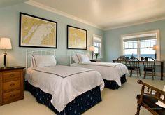 Большая спальня с двумя кроватями