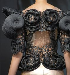 Innovative Fashion Design with sculptural spiralling shapes & intricate textures; Geometric Fashion, 3d Fashion, Weird Fashion, Fashion Details, Fashion Prints, Couture Fashion, Runway Fashion, Fashion Show, Fashion Design
