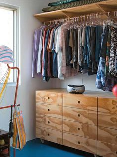No quarto-closet, estão armários desenhados pelos arquitetos. Para que Gabr...