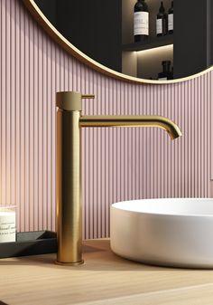 Prachtig hoog model wastafelmengkraan van het merk Hotbath uitgevoerd in geborsteld messing goud Interiores Design, Toilet, Wall Lights, Messing, Sinks, Home Decor, Bathrooms, Decorating, Taps