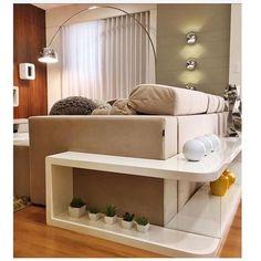 Eu amo essa ideia de usar aparador atras do sofá além de aproveitar o espaço fica um charme! Foto via @eu_decoracao #dicalardocecasa #decor #decoracao #arquitetura #living #sofa #saladeestar #mood #ootd #lardocedecor
