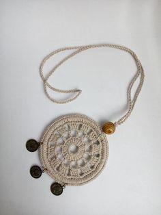 Медальон в стиле бохо, украшенный деревянной бусиной и монетками. Лен и хлопок. Crochet Mandala, Crochet Flowers, Crochet Motif, Crochet Patterns, Knit Crochet, Crochet Hooks, Crochet Keychain, Crochet Bracelet, Crochet Earrings