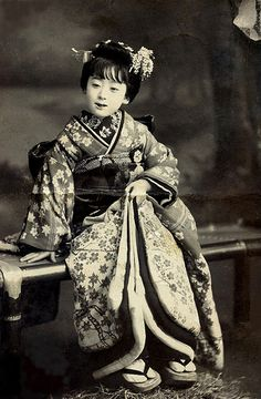 Kamuro 1913 Both her hairstyle and the way her obi (sash) is tied, suggest that she is a Kamuro (child attendant for an Oiran or Tayuu) rather than a Maiko (Apprentice Geisha). Japanese Geisha, Japanese Beauty, Japanese Kimono, Vintage Japanese, Japanese Girl, Japanese History, Japanese Culture, Memoirs Of A Geisha, Turning Japanese