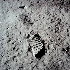 1969: Nuestra huella en otro mundo. El 21 de julio el ciudadano estadounidense Neil A. Armstrong, ingeniero aeroespacial y comandante de la misión Apolo XI de la Agencia Espacial Norteamericana (NASA), es el primer ser humano en poner el pie en la Luna acompañado del piloto militar Edwin E. Aldrin. El 24 de julio los tres astronautas que formaron parte de la expedición (los dos anteriormente citados y Michael Collins) aterrizaron sanos y salvos en aguas del Océano Pacífico.