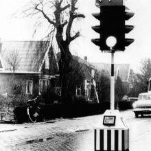 Het eerste verkeerslicht van Barendrecht stond op de T-kruising van de 1e Barendrechtseweg en de Dordtsestraatweg. Het verkeer naar Barendrecht en de Barendrechtse Brug ging hier rechtsaf. Op de wegwijzer links is te zien waar de weg rechtdoor heen ging. (foto: collectie Historische Vereniging Barendrecht)