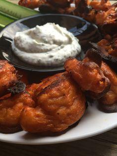 Nämä wingsit ovat paras tapa syödä kukkakaalia. Kuorrutuksen ja kuumassa uunissa paistamisen takia näissä on ihanan rapsakka kuori ja mehevä sisus. Nam! Täydellistä ruokaa vaikka leffailtaan tai mu…