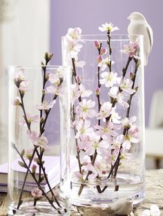 Zweig Dekoration selbermachen Spring decoration for indoors: Large translucent glass vases decorated with fresh branches. The simple simple vases in two different sizes give the view of blooming spring flowers. Deco Floral, Arte Floral, Floral Design, Deco Nature, Branch Decor, Centerpieces, Table Decorations, Spring Decorations, Spring Is Here