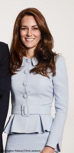 """Catherine. Duchess Of Cambridge. """"Votre destin peut décider qui touche votre vie, mais c'est votre coeur ❤️ qui détermine qui touche votre âme."""" - Deodatta V. Shenai-Khatkhate. Duchess Kate on 2017 Christmas Card"""