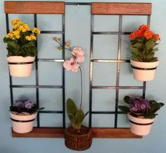 Treliça para vaso jardim vertical medidas: 75x75 cm .  Acompanham 04 argolas móveis.  Ideal para flores e horta vertical.  Feita de ferro com pintura eletrostática.  Madeiras com verniz marítimo  Produto 100% artesanal.  Vasos e flores não acompanham o produto.  Frete não incluso