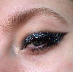 As melhores ideias de maquiagens para festas de final de ano. Para as mais ousadas que gostam de cor e brilho, e pras mais discretas que preferem delineado.