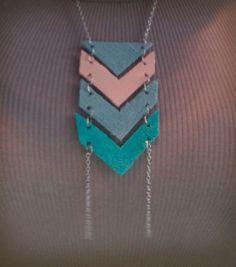 Collier de feutrine géométrique.
