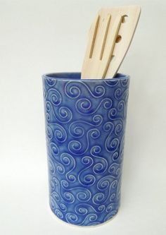 This piece is great for a bouquet of flowers or for your kitchen utensils. It is made from a slab of stoneware, and is therefore sturdy and durable. Pottery Vase, Ceramic Pottery, Ceramic Art, Ceramic Utensil Holder, Pottery Making, Ceramic Design, Flower Vases, Stoneware, Jar