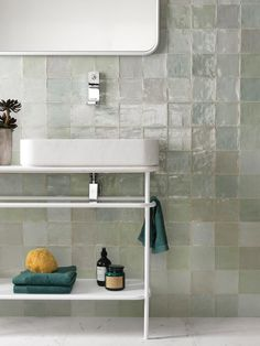 Look at this essential graphic in order to look into the here and now critical information on Bathroom Fixtures Bathroom Inspo, Bathroom Inspiration, Kitchen Tiles, Kitchen And Bath, Lavabo Vintage, Big Bathtub, Bad Inspiration, Ideas Geniales, Style Tile