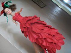 Vestido de boneca em eva, com frisos e aplicação de glitter e fitas <3