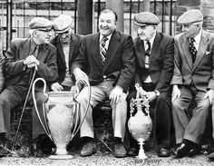 Bob Paisley former manager of Liverpool FC 1977 with the European Cup and the Football League Championship Trophy during a visit to his home town Hetton Liverpool Fc Managers, Liverpool Legends, Liverpool History, Liverpool Home, Liverpool Football Club, Liverpool Champions, But Football, Classic Football Shirts, Football Images
