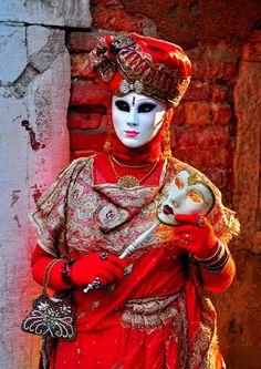 Carnaval em Veneza, Itália. Clcik here to find wonderful holidays to Venice http://www.adventuretravelshop.co.uk/adventure-holidays-europe/all-inclusive-holidays-to-italy/holidays-to-venice/