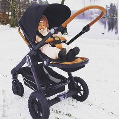Wow! Look at me strolling through freshly fallen snow!  .  @sandraaa_86 . #emmaljunga #nxt60 #urbancomfort #madeinsweden #realpramsforreallife #barnvagn #klapvogn #kinderwagen #stroller #cochecito #mumlife #dadlife #parentstobe