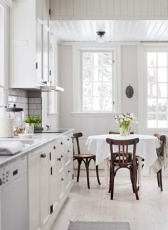 We give tips to those who want to make changes in their kitchen. The dominance of the white kitchen in the 2019 kitchen decoration trends is now coming to an end. Dining Nook, Round Dining Table, Kitchen Dining, Kitchen Decor, White Cottage Kitchens, Modern Farmhouse Kitchens, Home Kitchens, Contemporary Kitchens, Contemporary Bedroom