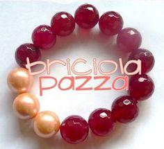 Bracciale elastico realizzato con sfaccettate in agata dipinta e perle in vetro cerato.