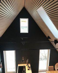 Spiletak i kvistfri hvitpigmentert furu. Hysj Spileplater fra Jønland AS  #spilevegg #spiler #spilevegger #spaltepanel #spilehimling #furu #pine #arkitektur #bolig #bonytt #boligpluss #boligmagasinet #bolig123 #interior #interiordesign #interiorarchitecture #interiørarkitekt #wallpanel #woodenpanel #ceiling #trevare #jonland #jønland #hysj #spileplater #spiletak