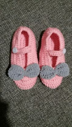 DIY crochet baby girl shoes with a cute bow. Made with pink and grey suede yarn