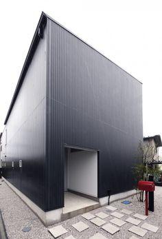 Hachiouji House, Tokyo, Japan by Krew Architects.