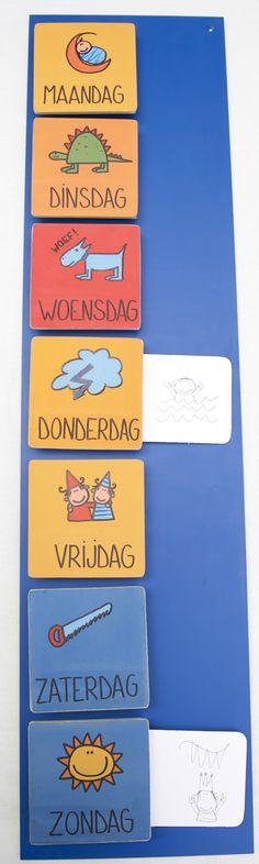 Keek op de week. Een weekkalender waarbij je met krijt op de blauwe verf kan schrijven of een briefje tussen het plaatje van de dag kan steken.