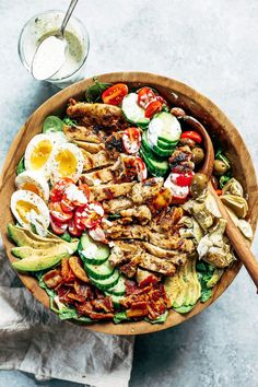 Fresh and easy Caesar Cobb salad. Made with grilled chicken avocado bacon all the toppings and creamy sauce! A fast and tasty and paleo family dinner recipe for meal rules. Paleo dinner recipes id Paleo Meal Prep, Paleo Dinner, Dinner Recipes, Cobb Salad, Cena Paleo, Recetas Whole30, Grilled Chicken Recipes, Grilled Chicken Ceasar Salad, Whole 30 Recipes
