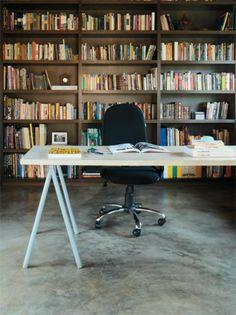 Home office com piso em cimento queimado.