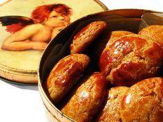 Broas de milho e mel - Corn and honey scones from Portugal! Portuguese Desserts, Portuguese Recipes, Portuguese Food, Traditional Christmas Desserts, Biscuits, Muffin, Cookbook Recipes, Caramel Apples, Food Dishes