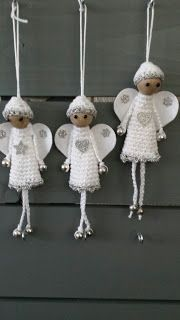 Deze gehaakte engeltjes voor in de kerstboom zijn makkelijk en snel te maken met een restje katoen, stukje vilt en wat kralen. Ik heb er een patroon van gemaakt en die vind je hieronder.  Engeltjes De