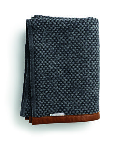 Haverdal throw in dark grey from Skarsgaarden. The throw is made of wool and has a simple expression with knitted patterns and leather details. Manta Crochet, Knit Crochet, Textiles, Soft Furnishings, Wool Blanket, Home Textile, Home Accessories, Weaving, Inspiration