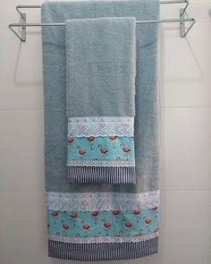Jogo de banho 2 peças. #flamingo Towel Crafts, Quilts, Bathroom, Dining Table Runners, Decorative Towels, Kitchen Playsets, Bathing, Plant Box, Pyjama Sets