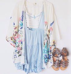 Kimono floral com vestido azul      claro e rasteirinha gladiadora.