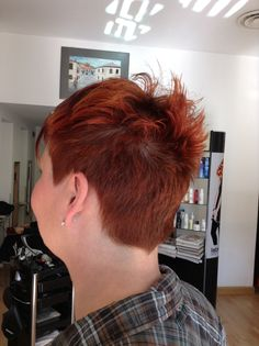 Capelli cortissimi con il colore rosso rame