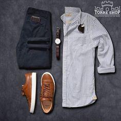 Quer saber o melhor tênis pra combinar com a sua camisa aqui estão algumas dicas:    Calçados indicados para looks formais:    Usar jeans e camisa social no dia a dia permite um look confortável, moderno e, dependendo do sapato, até mesmo formal    Para isso, nesse caso, vale a pena investir em tons sóbrios ou neutros nas camisas como preto, branco ou cinza, por exemplo.    A calça jeans com lavagens mais simples são as mais indicadas para um visual mais elegante.    O calçado mais indicado…