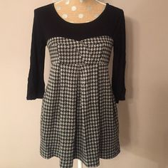 """Final Disc✨ Houndstooth Baby Doll Top Knit black & grey houndstooth. Pockets on both sides. Slight separation at seam just below zipper. See third pic. 26 1/2"""" length, 16"""" across bust. 90% Acrylic 10% Polyester Twentyone Tops"""