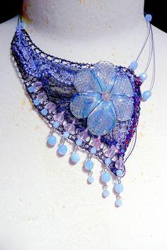 Défilé de colliers autour de fleurs anciennes de Murano en pâte de verre